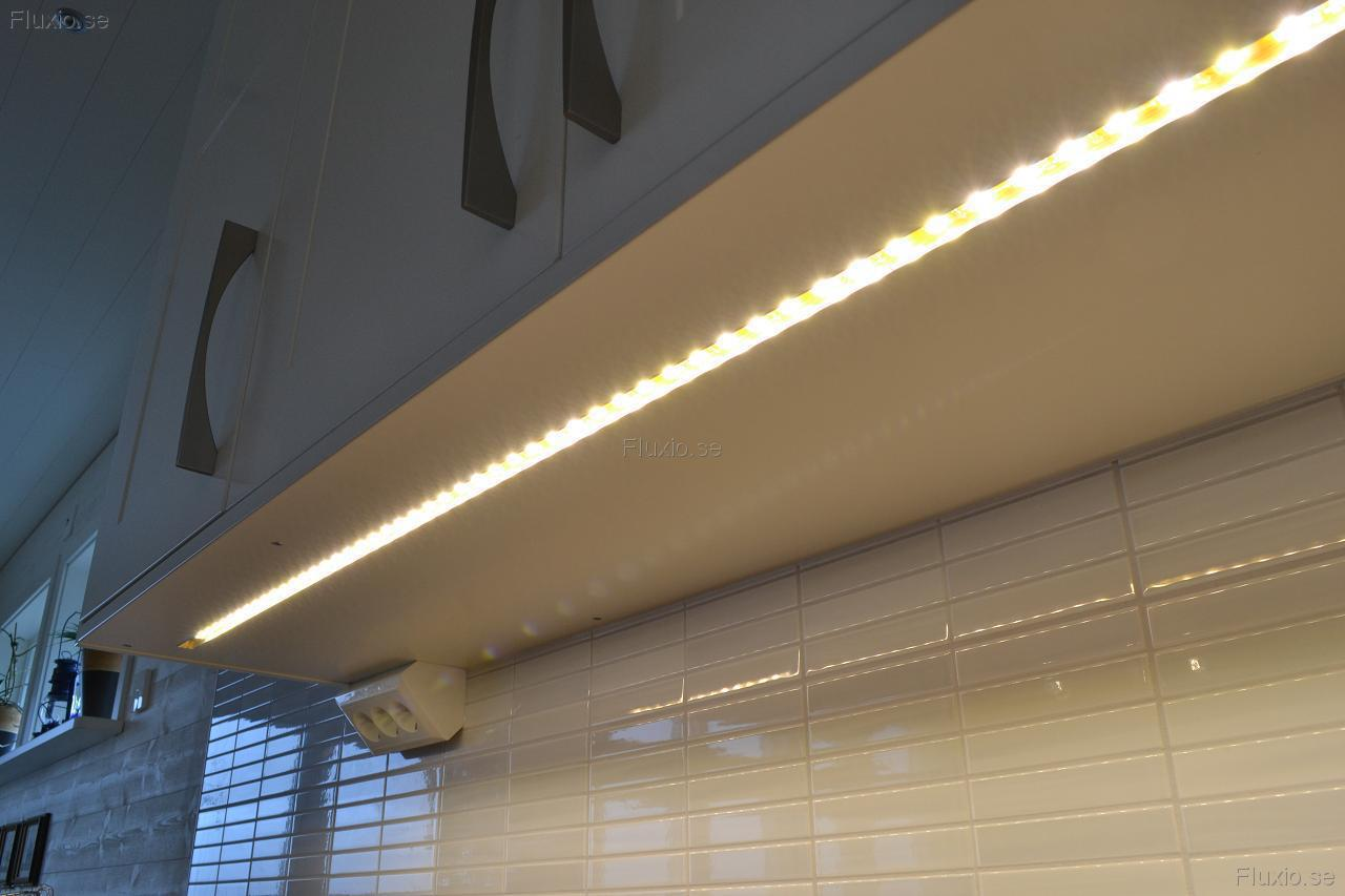 LED-strip_infraest_i_skap_i_koek-2.JPG